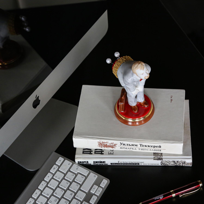 Скульптура ЧИНОВНИК (булавочница)
