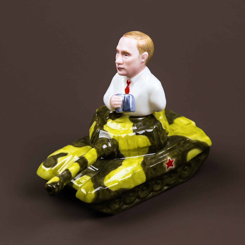 """Скульптура """"На танке"""""""
